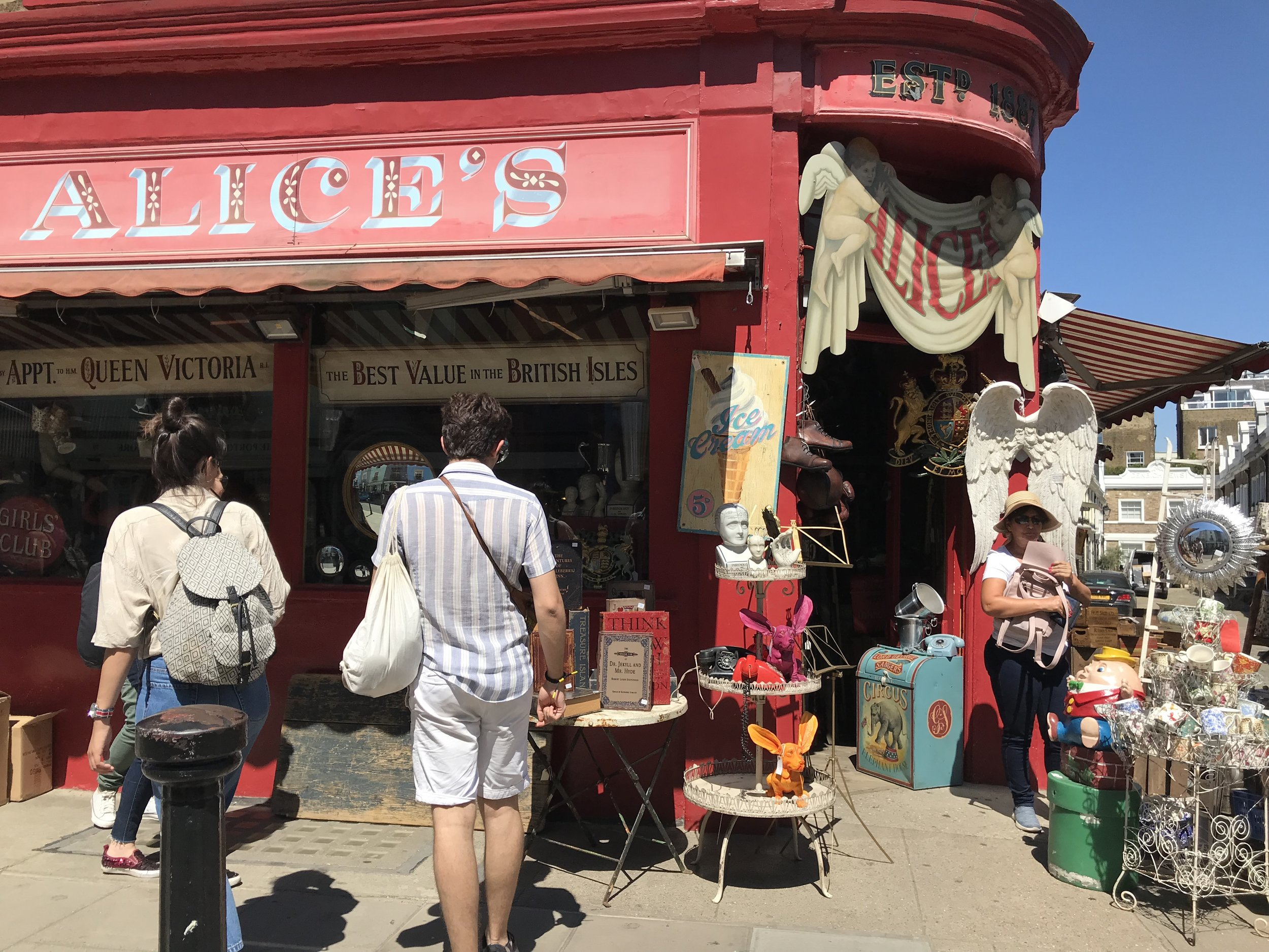 Portobello Rd. Market -Photo credit: Lucía Ortega *The woman with the hat is my mom <3