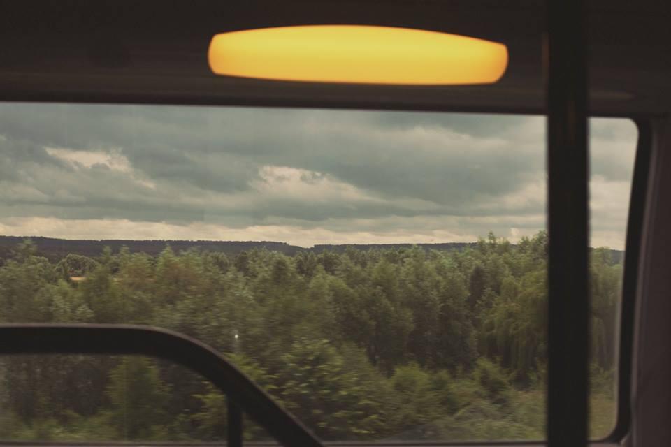 El paisaje desde la ventana del tren era mágico.