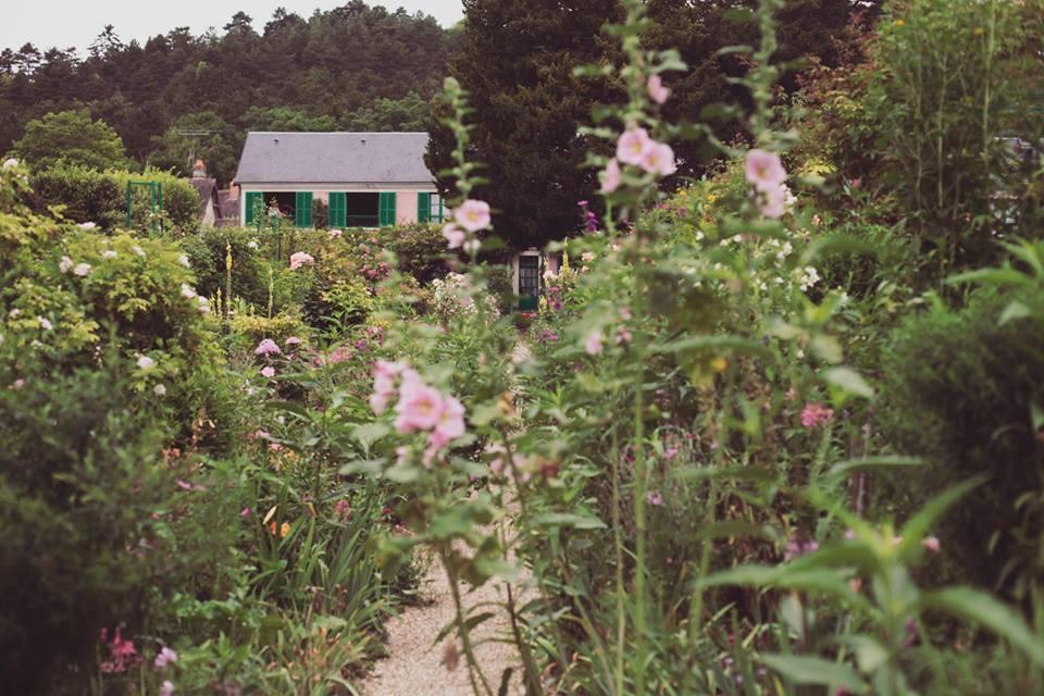 A lo lejos la casa de Monet y sus senderos de flores.