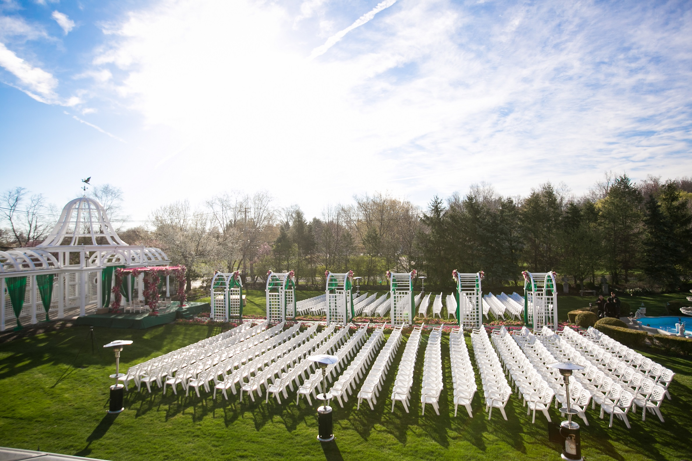 CEREMONY WITH WHITE CHAIRS