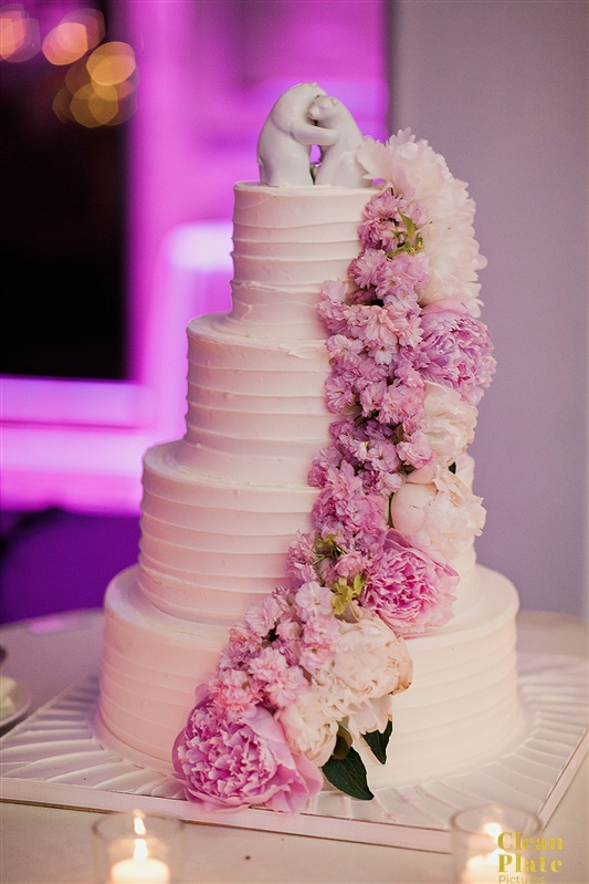 INDIAN WEDDING BRIDE AND GROOM WEDDING CAKE.jpg