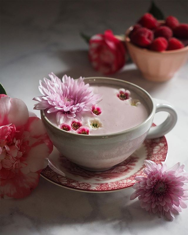 👀 I'm just over here eyeing everything pink for Galentine's Day, wishing this Pink Almond Tea Latte would make itself as I sit in my sweatpants 🌸💕 I don't think my tea kettle heard me... ☹️ Get the recipe in profile + Amazon-Prime-ready tea options so you can make this cozy + pink latte for Valentines Day.