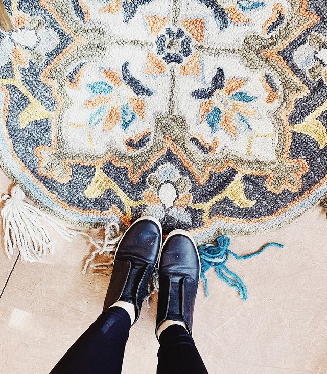 Time to brighten up my feed with some fun stuff. And for extra goodies hop on over and start following @albanyandavers 🙌🏽 . . . . , . #albanyandavers #funrug #ihaveathingforfloors #ihaveathingwithfloors #targetstyle #chicago #chicagoblogger #livingaf