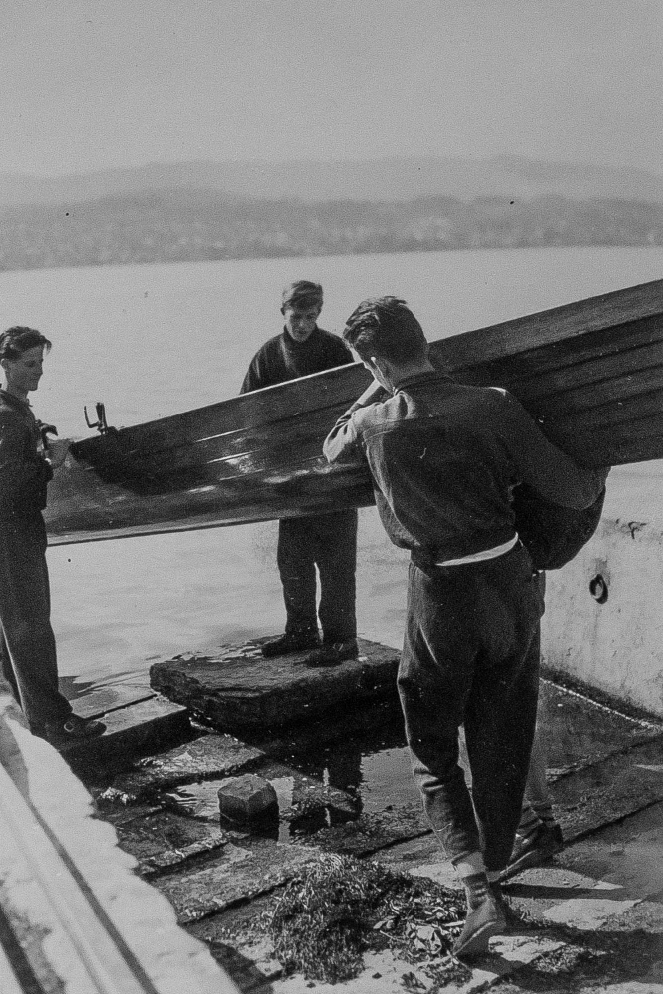 Das Boot musste über die Seestrasse undzum See hinunter getragen werden. Es gab noch keinen Steg zum einwassern.