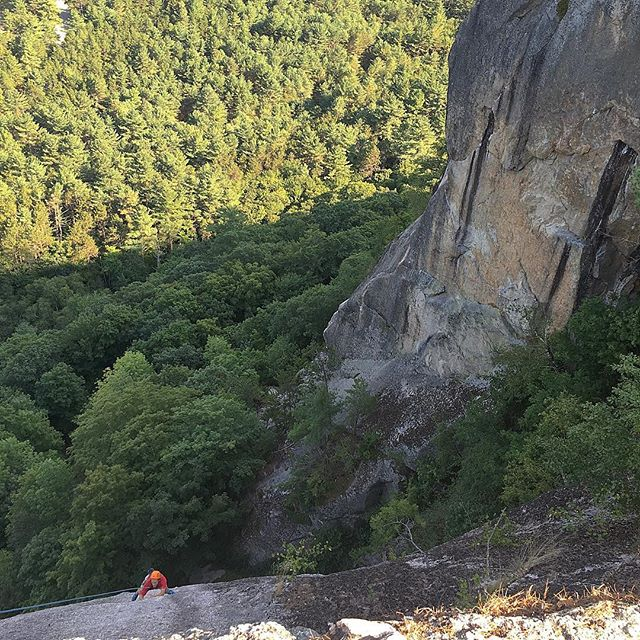 @luvy_j learning to read #braille on the crux of Reverse Camber (5.10b). With about about 400ft of cool breeze below and a crowd of rowdy tourists on a viewing deck above this was a real #puckerer. #stillCantRead #getTheWinch #callScott #maybeTryABitMoreLeg @blackdiamond @petzl_official