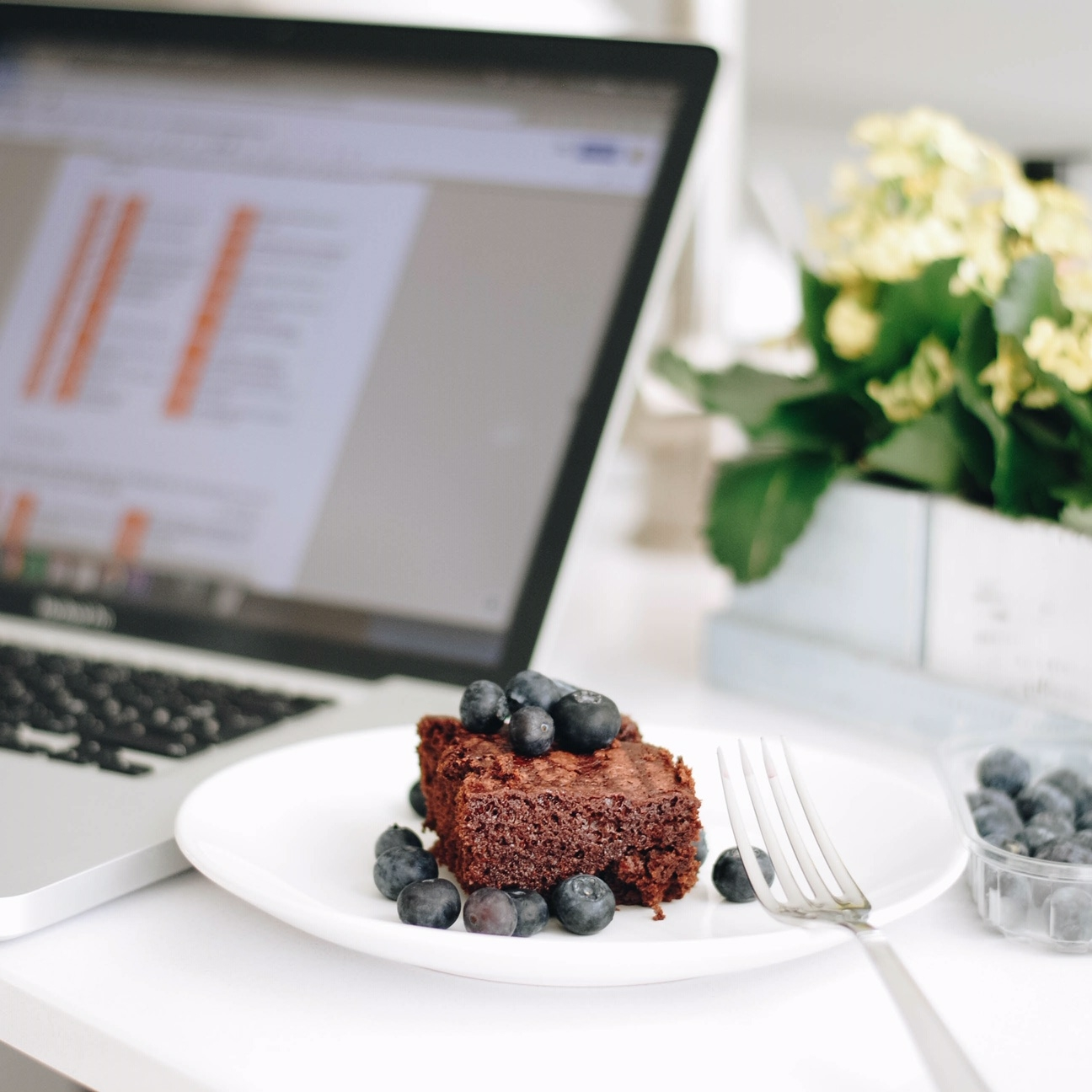 Mindful eating a work, make the healthy decision.