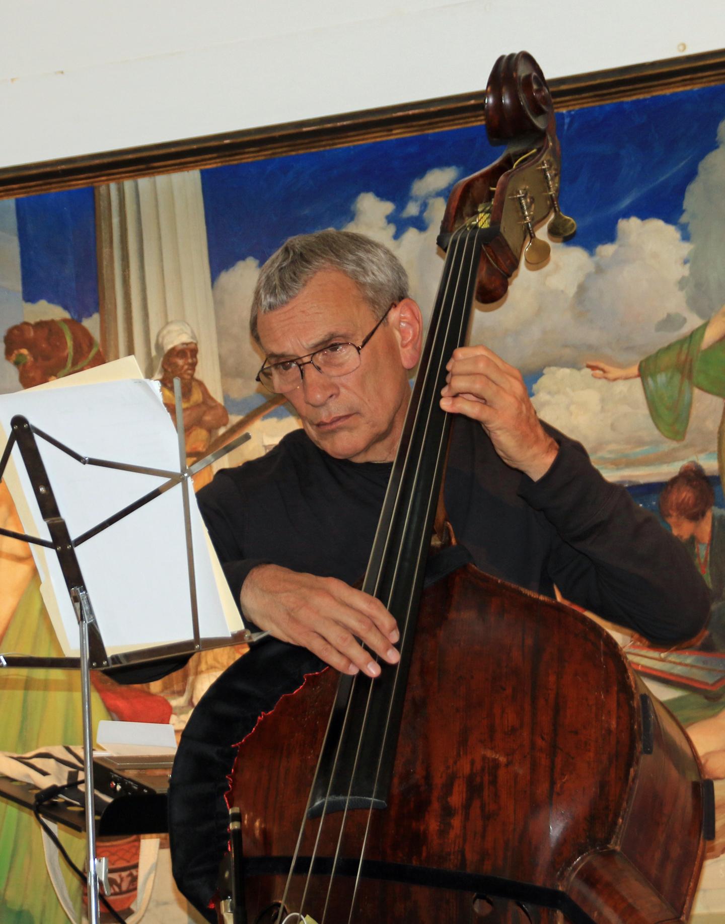 Vaughn DeForest playing acoustic bass during the August Wiscasset Art Walk. (photo by Diann Longstreet)