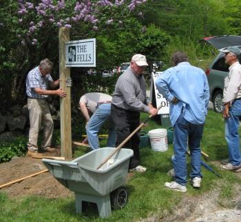Volunteers Installing Sign-r.JPG