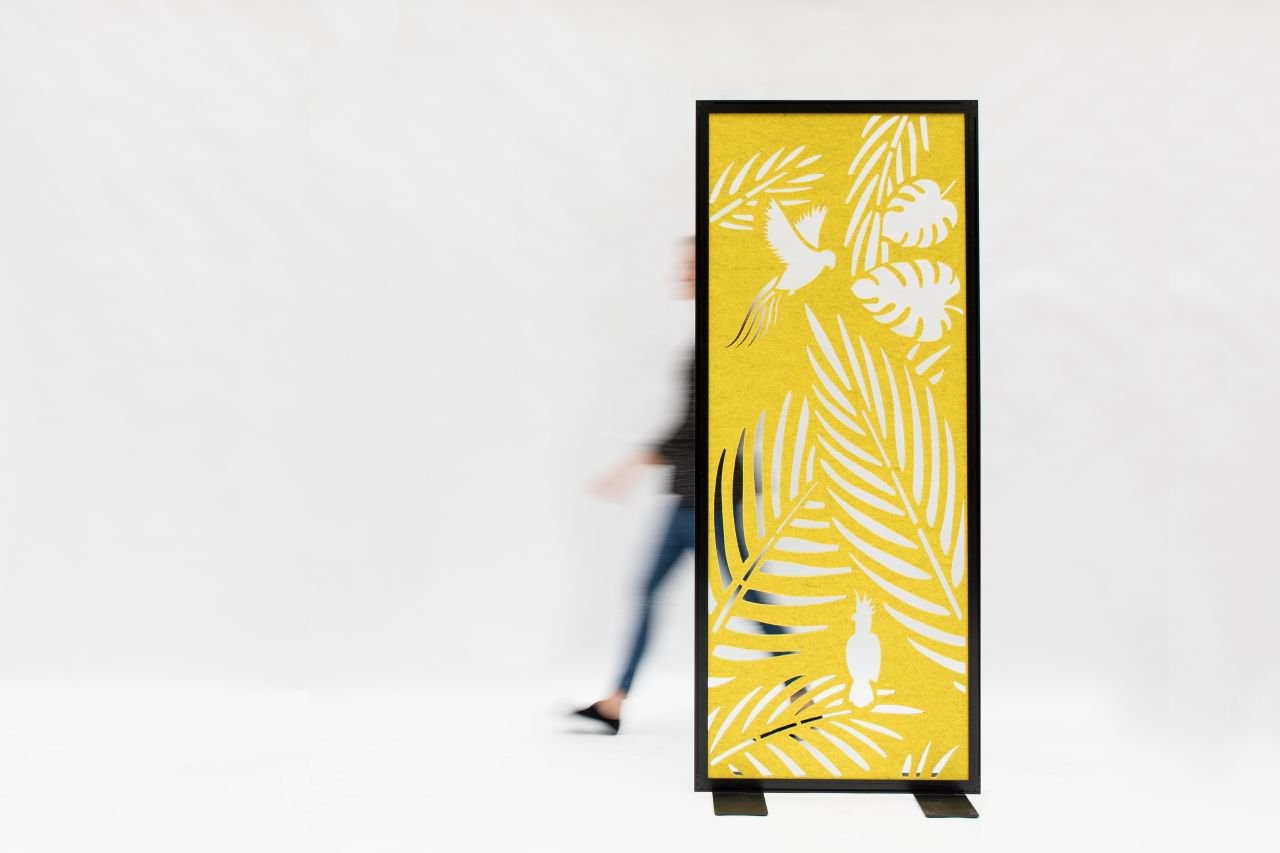 BuzziFalls Standing is a panel that starts a conversation. Not only does it create a beautiful visual display but BuzziFalls Standing is also specifically engineered with two layers of Buzzifelt which reduces acoustic distractions like typing and phone ringing.
