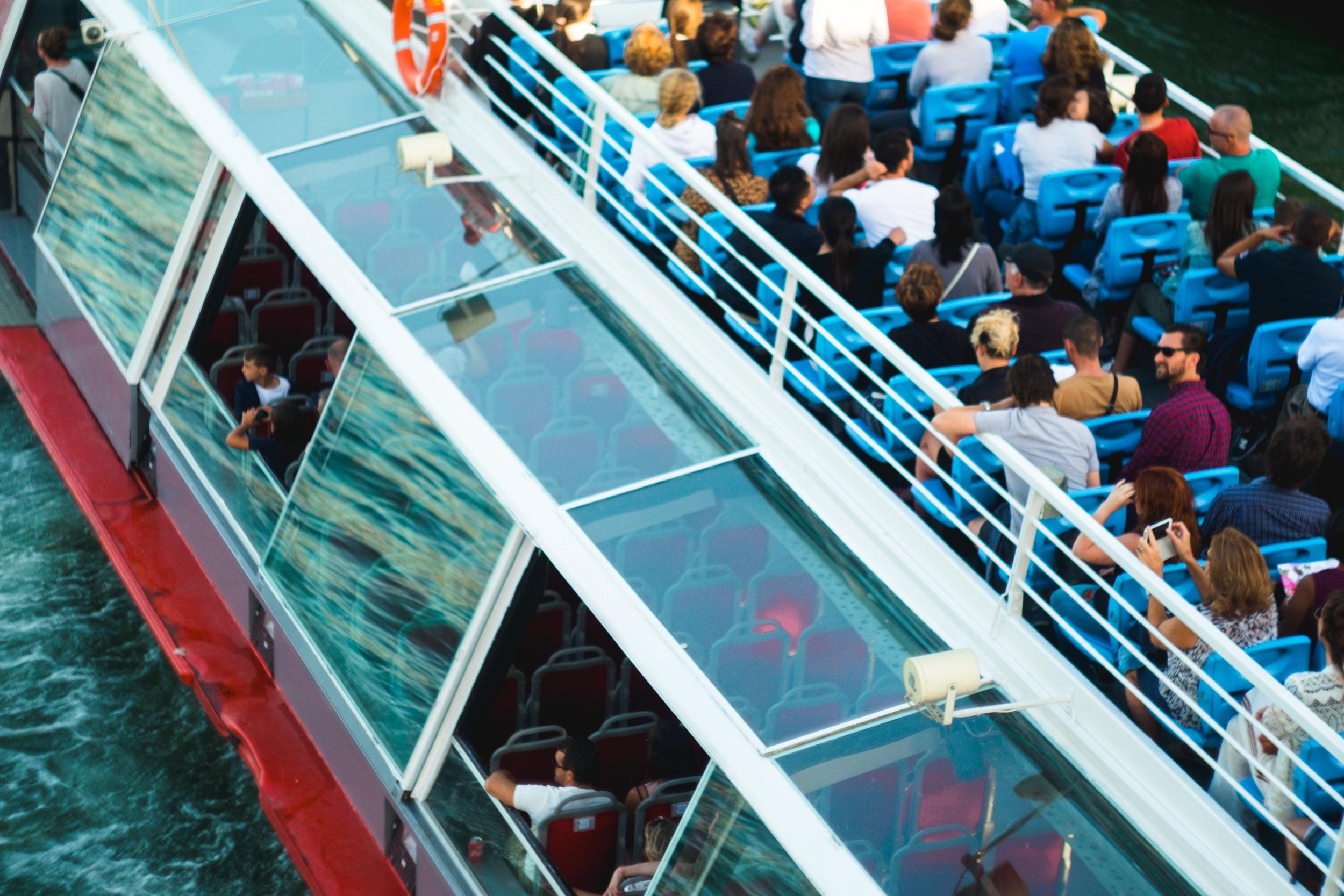 paris street photography bateau