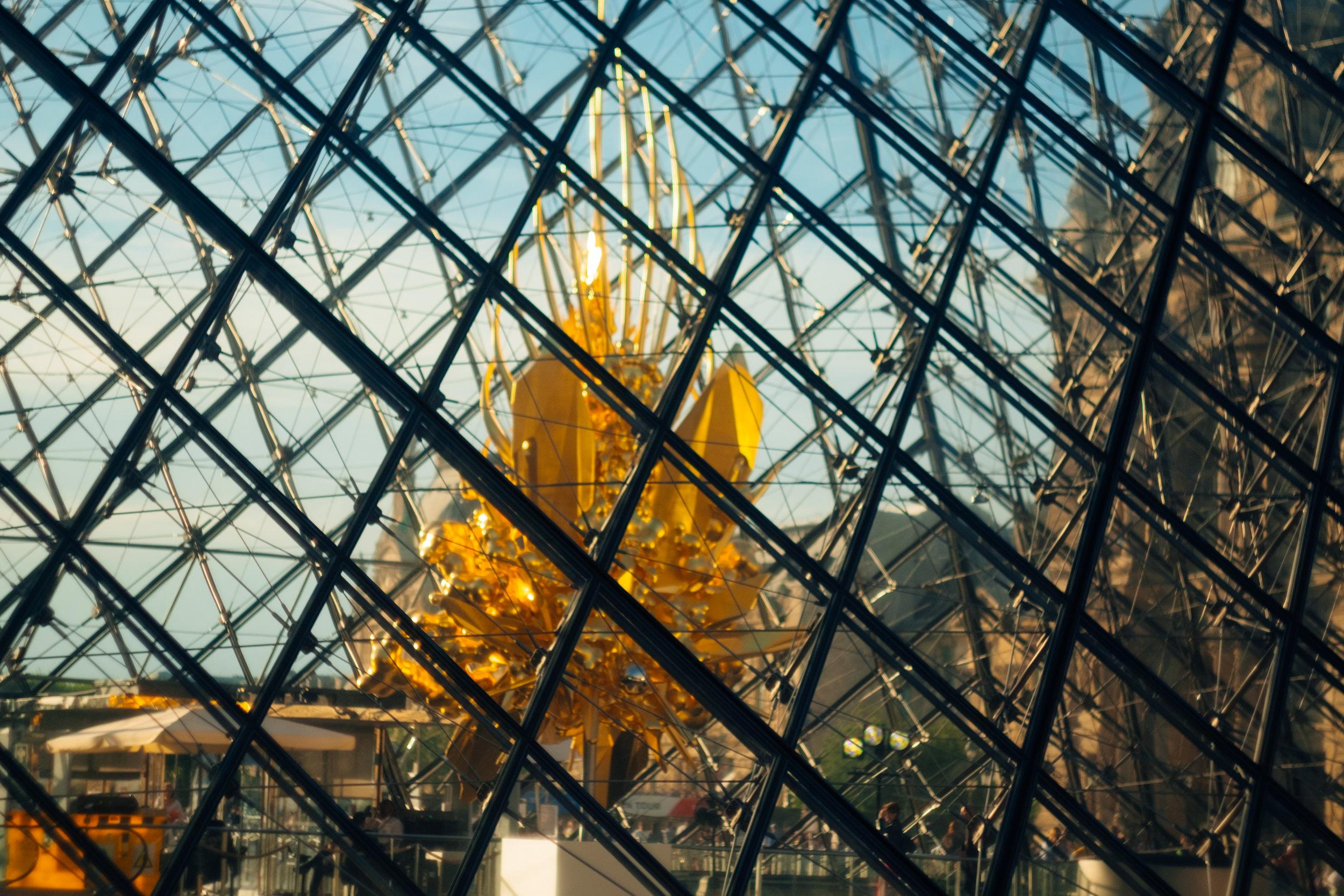 paris street photography louvre pyramid