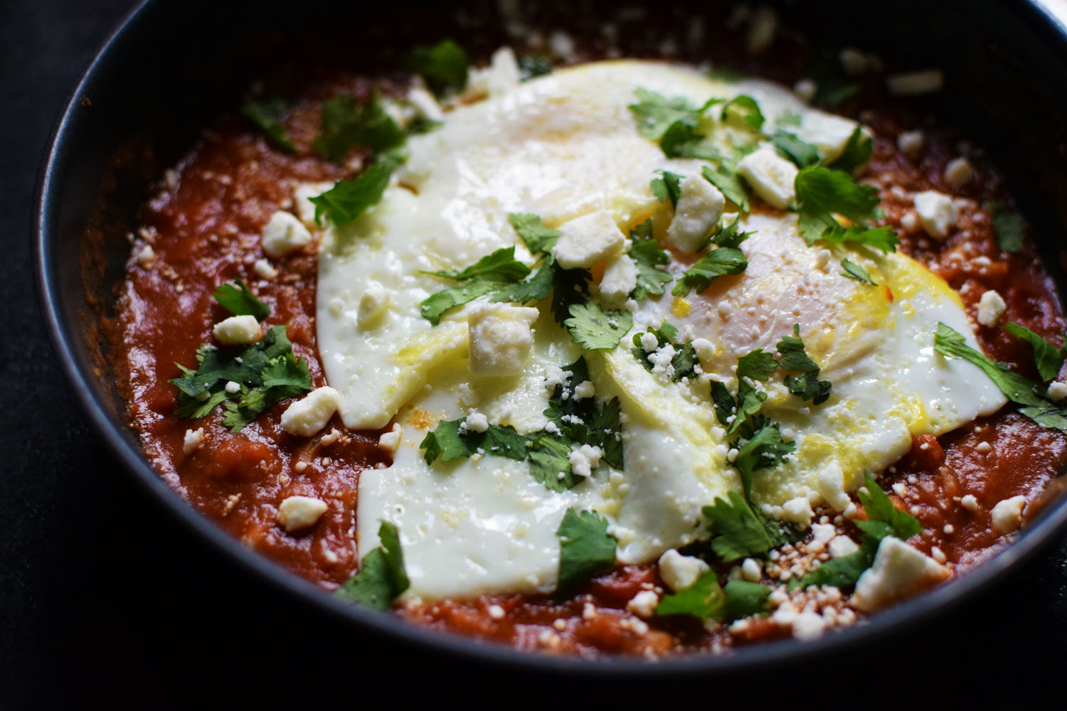 easy shakshuka - take a shortcut to dinner tonight! vegetarian and healthy. | themillennialmenu.com
