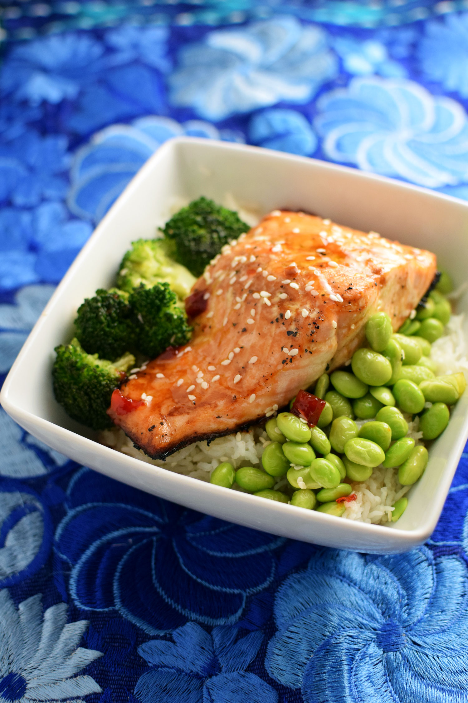 This Sweet Chili Salmon Bowl is a simple and refreshing weeknight meal. | themillennialmenu.com