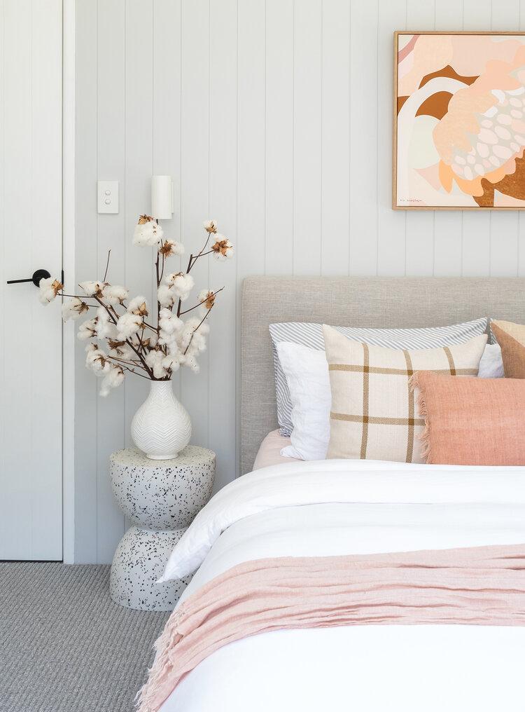 灰色卧室有哈密瓜粉色装饰抱枕和画