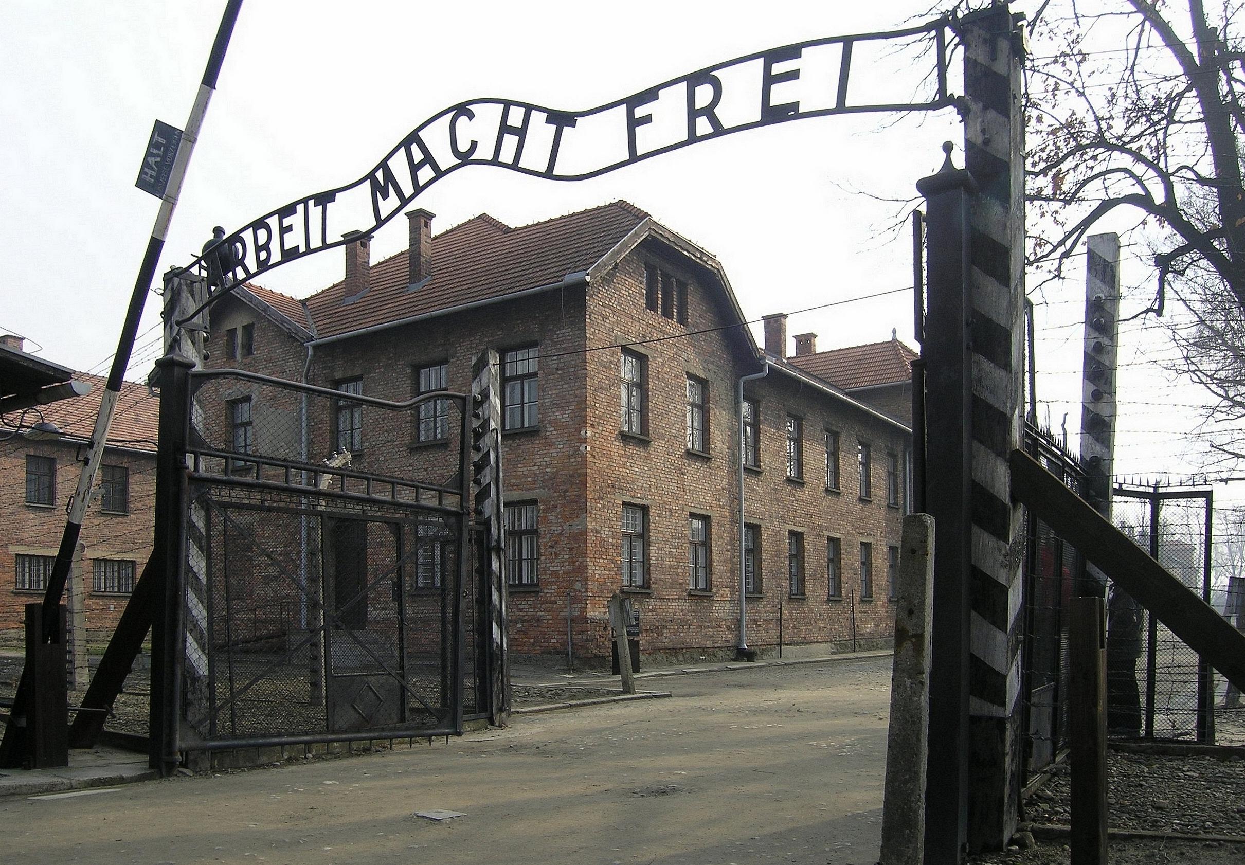 Eingangstor_des_KZ_Auschwitz,_Arbeit_macht_frei_(2007).jpg