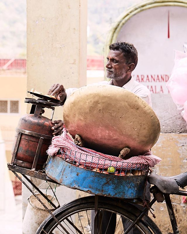 Cooking chapati on the back of a bike is how it's done in Rishikesh 🚲