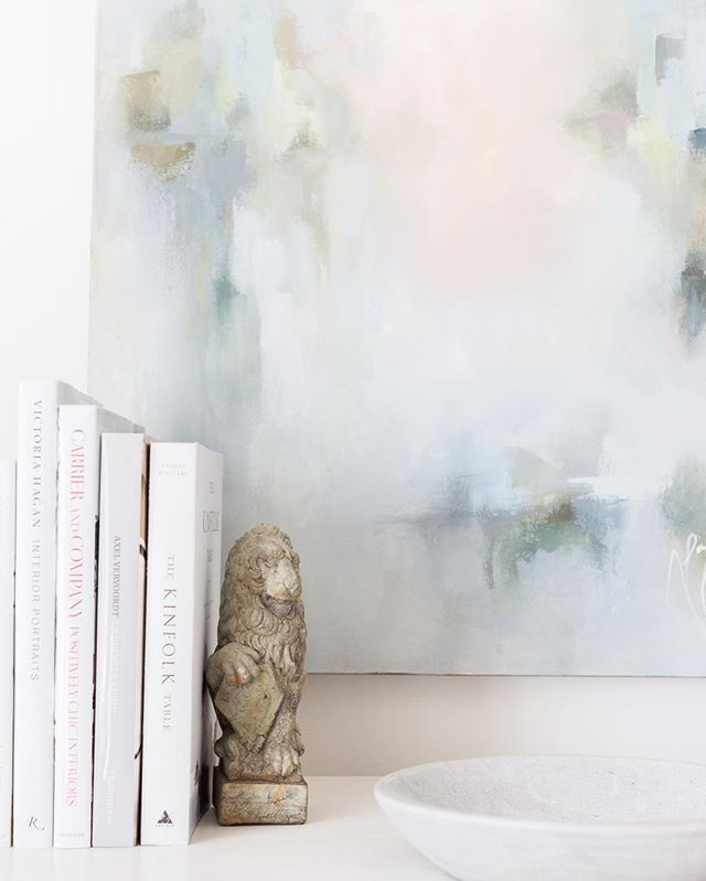 Dreaming of light and bright and surviving the rain with some great bedside reads! #laurelpowelldesigns #architecture + #interiors 📷: @alyssarosenheck 🎨: @liznicholsart