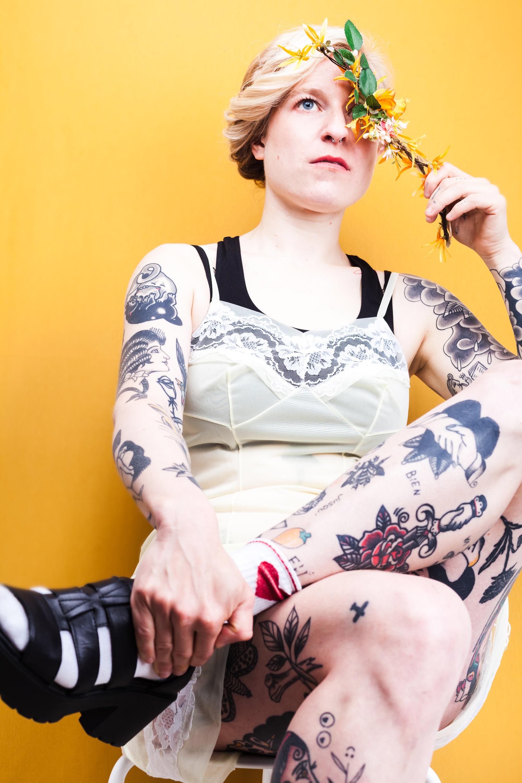 """Lena (32,tattoo artist) - """"Ik hou nog steeds van al mijn tattoos, wat ook logisch is, want ik tekende er veel zelf. Al vond ik de cirkel met vogels op mijn rug op een bepaald moment wel wat uit de toon vallen bij de rest. In plaats van hem weg te laten halen of te coveren, voegde ik er iets aan toe en nu werkt het wel!""""""""Als ik nog een jaar te leven had zou ik nog enkele ontwerpen van mijn favoriete artiesten laten zetten. Daarvoor zou ik wel een stukje moeten reizen want ze wonen in Oekraïne (Viola tattoo), Schotland (Danielle Rose) en Polen (Slawomir Nitschke)."""""""
