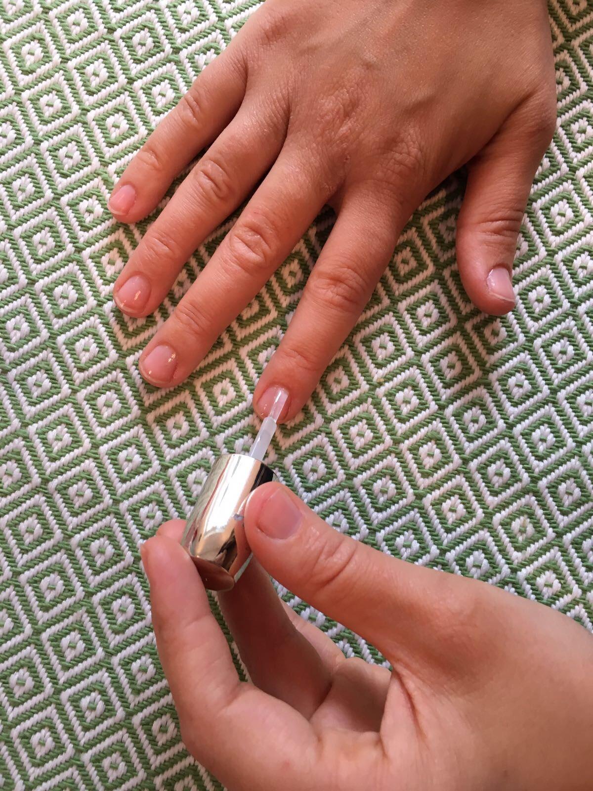 - Stap 1. Geef je nagels een laagje basecoat, zeker als je voor een pastelkleur kiest. Zo voorkom je vergeelde nagels en heb je een egale, gladde basis om kleur over aan te brengen.