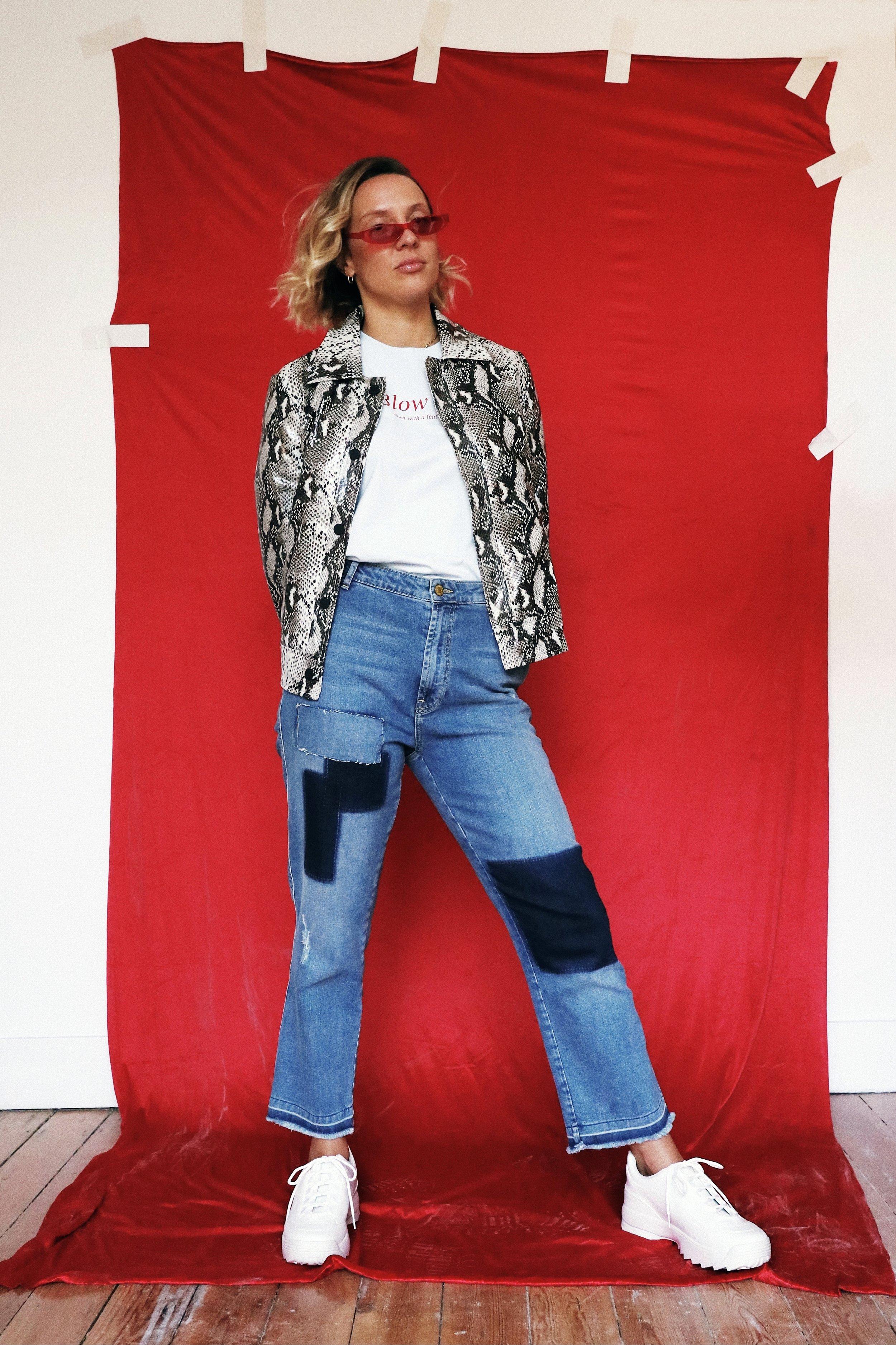 - T-shirt: Weekday - Jeans: Essentiel - Jas en sneakers: Loavies
