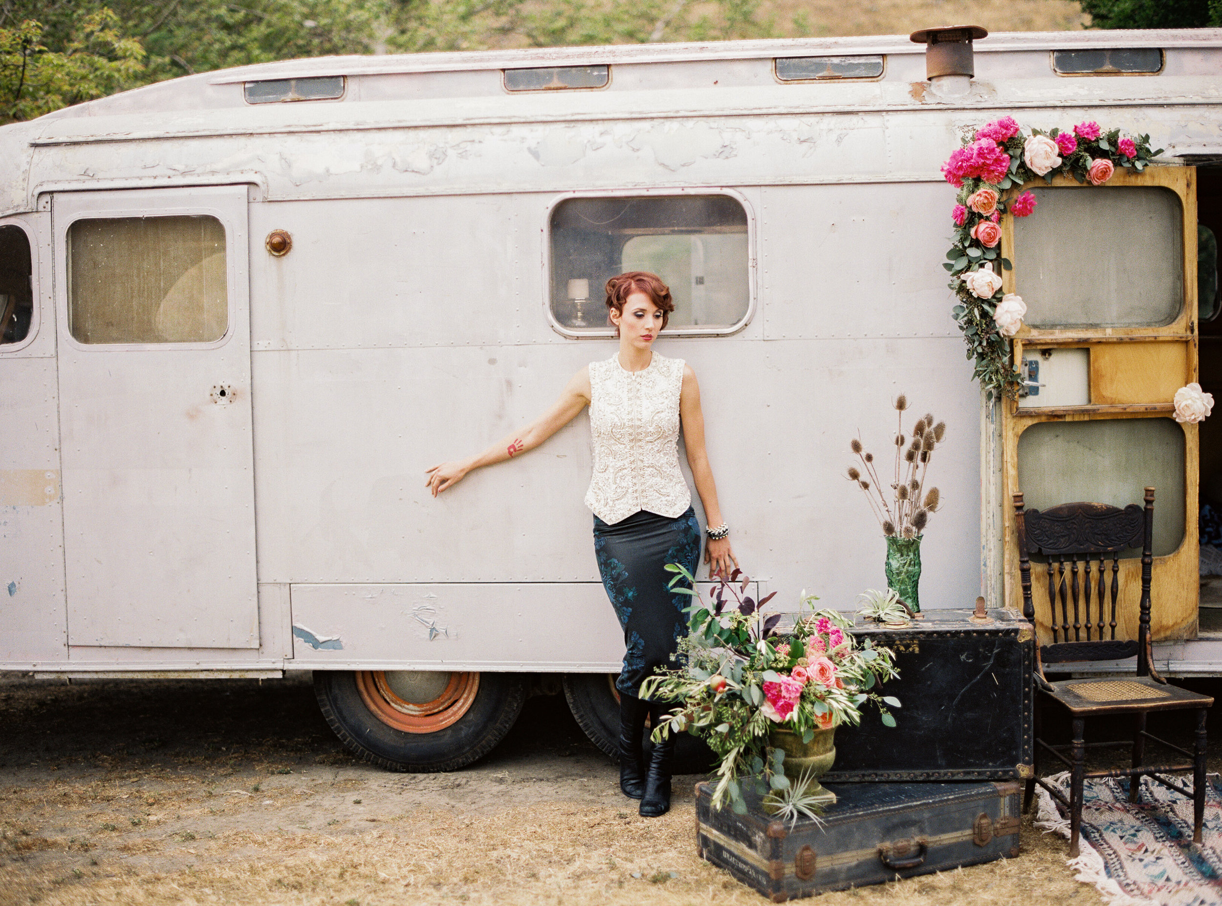 1940'S LONG SILVER, BEAT UP LOOKING VINTAGE TRAILER AVAILABLE FOR MOVIE AND PRODUCTION RENTALS, FOR BACKSTAGE LOUNGES, FILMING, TV & MOVIES, FOR HAIR AND MAKEUP, COMMERCIAL AND CATALOGUE PHOTO SHOOTS & MORE