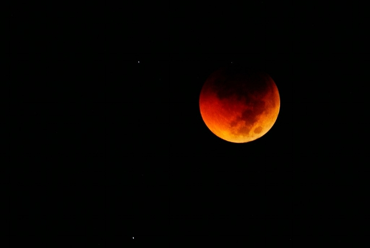 By Farhan Perdana (Blek) from Jakarta, Indonesia (Lunar Eclipse: Umbra) [CC BY 2.0  (https://creativecommons.org/licenses/by/2.0)], via Wikimedia Commons