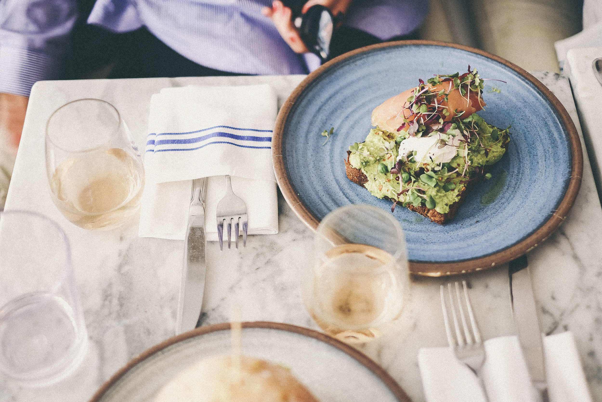 the best places to eat and drink healthy in new york! www.derrive.com #newyork #nyc #healthy #wellness #healthytravel #vegan #paleo