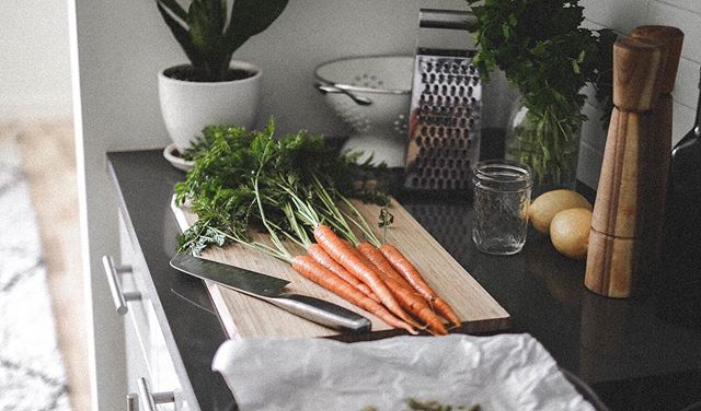 mise en place 🥕🌿🍋 🔪 getting ready to make carottes râpées (grated carrot salad) ➝ www.derrive.com