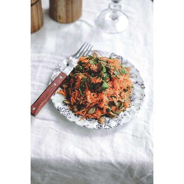 🥕carottes râpées with toasted pistachios🥕  french grated carrot salad is one of the best... refreshing, crisp, sweet, salty, citrusy and so easy to make. the perfect recipe for glowing skin and shiny hair #beautyfood.  now on dérrive☽ → www.derrive.com