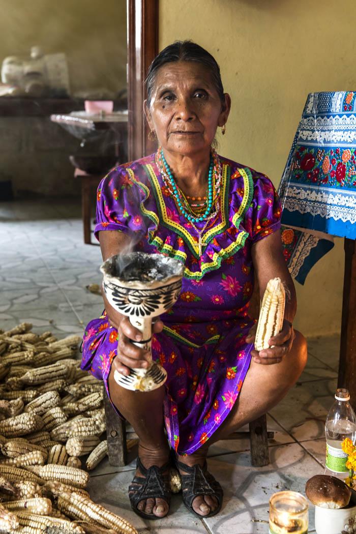 María Antonia sabe hacer las oraciones requeridas para pedir cosechas sanas y abundantes, además de curar otros males.