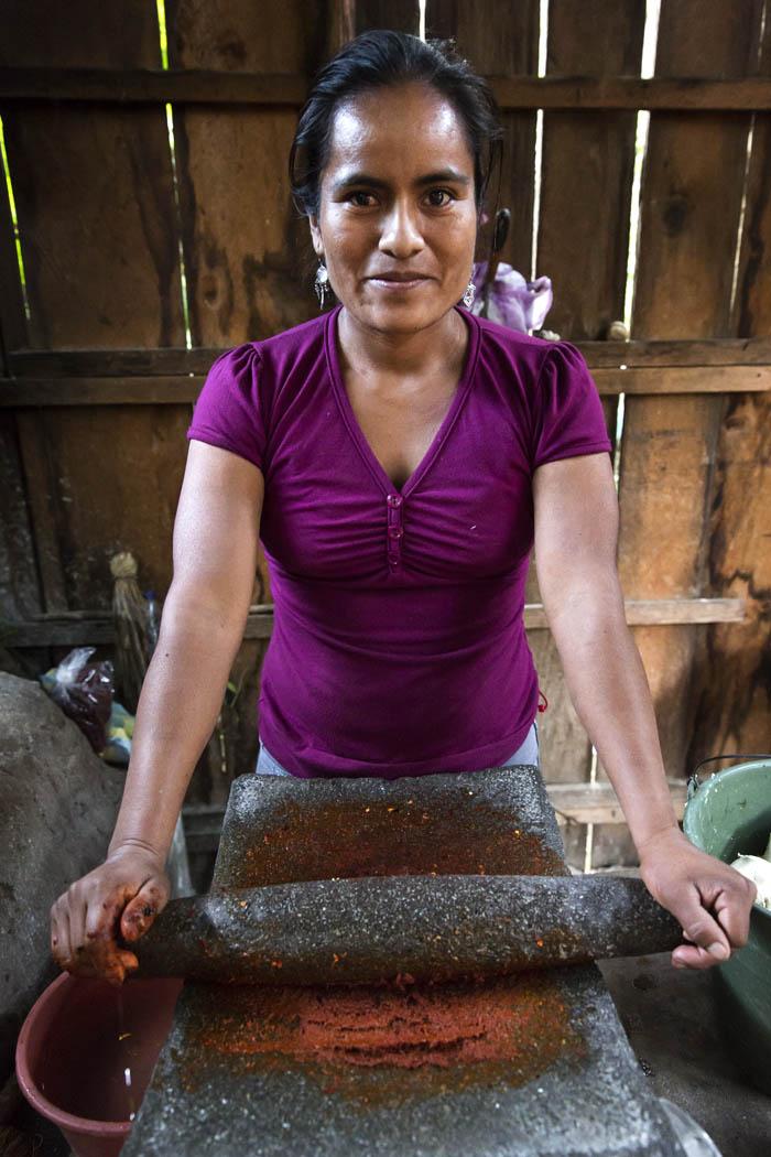 Francisca muele chile para hacer una salsa especial que se come con tortilla y frijol.