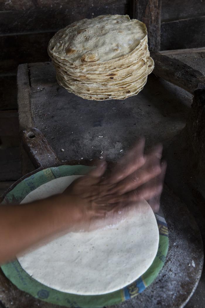 En Ayotzintla, Veracruz.se aplana la tortilla con la mano y se echa al comal.