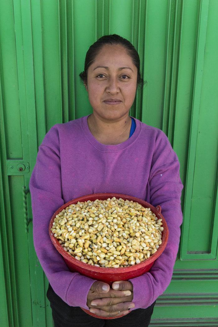 La nixtamalización fue un invento de los antiguos. Además de ablandar el maíz, le agrega importantes nutrientes para lograr una alimentación balanceada. Aquí una joven lleva su nixtamal a moler en Ixtenco, Tlaxcala.