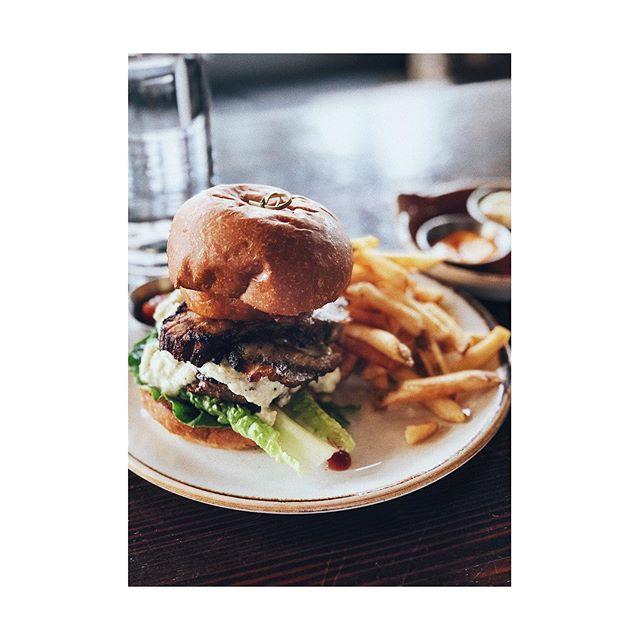 👌🏻 #pnw #redmond #lunch #woodblock #burger #igers