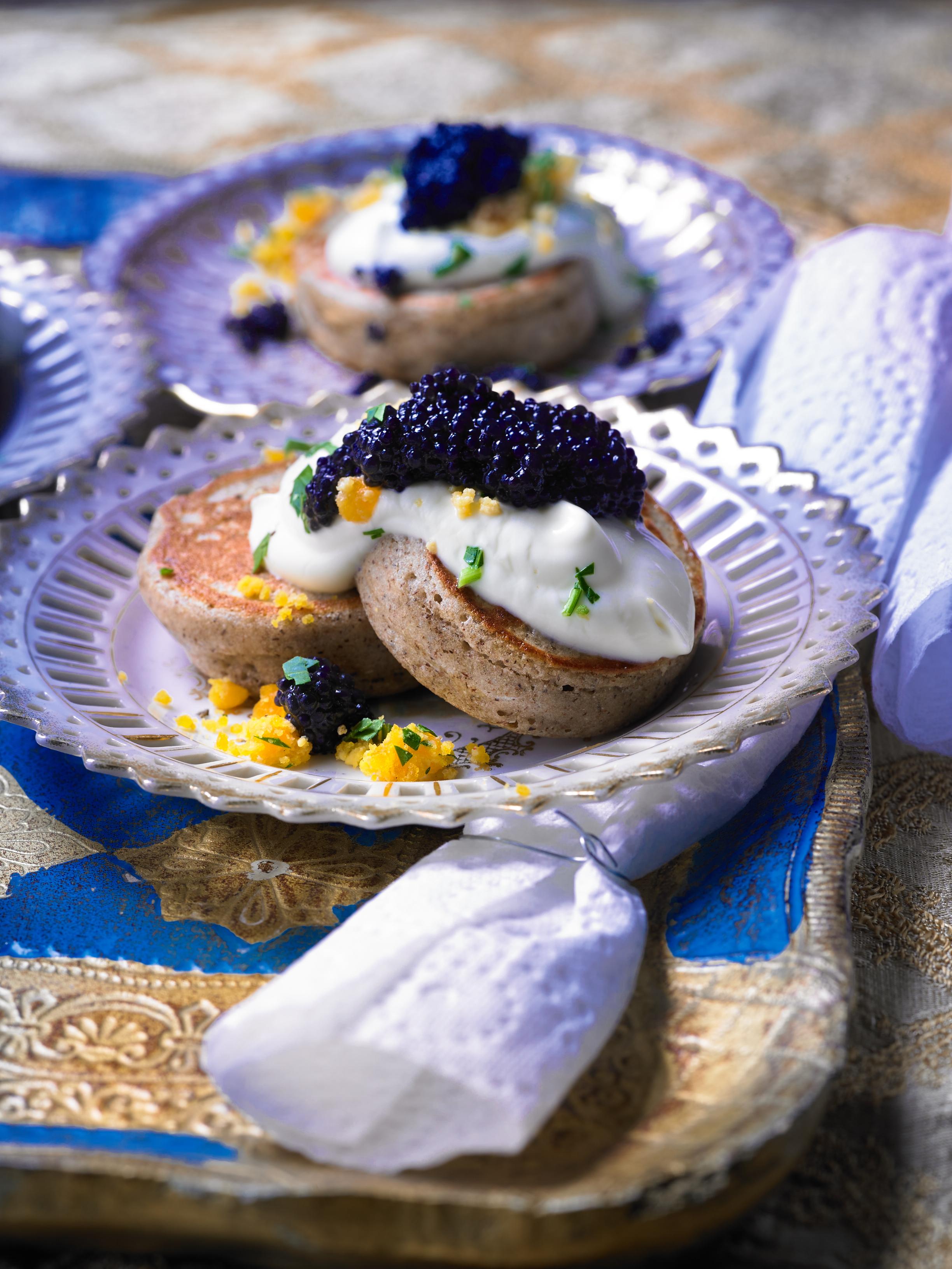 Buchweizen_Blinis_mit_CremeFraiche_Caviar_und_Ei_02.jpg