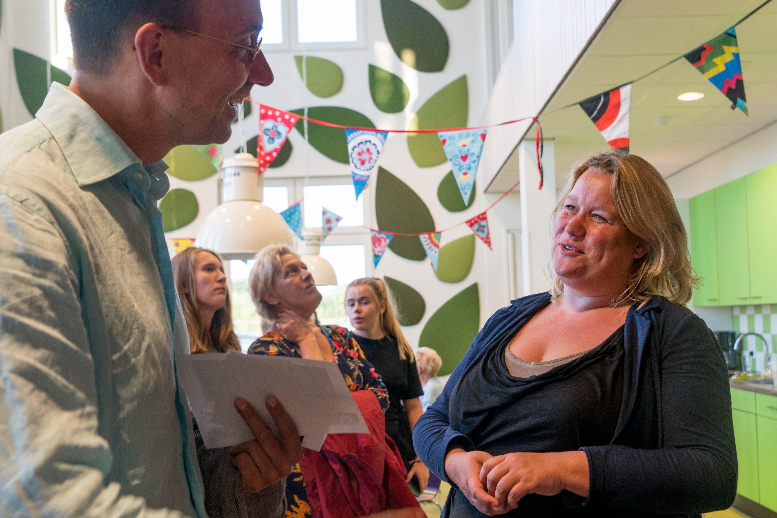 Joke Tillemans in gesprek met dirk anton van mulligen van het game changers network tijdens het eindfeest van groep 8 in 2017. (c) remko koeneman, 2017.