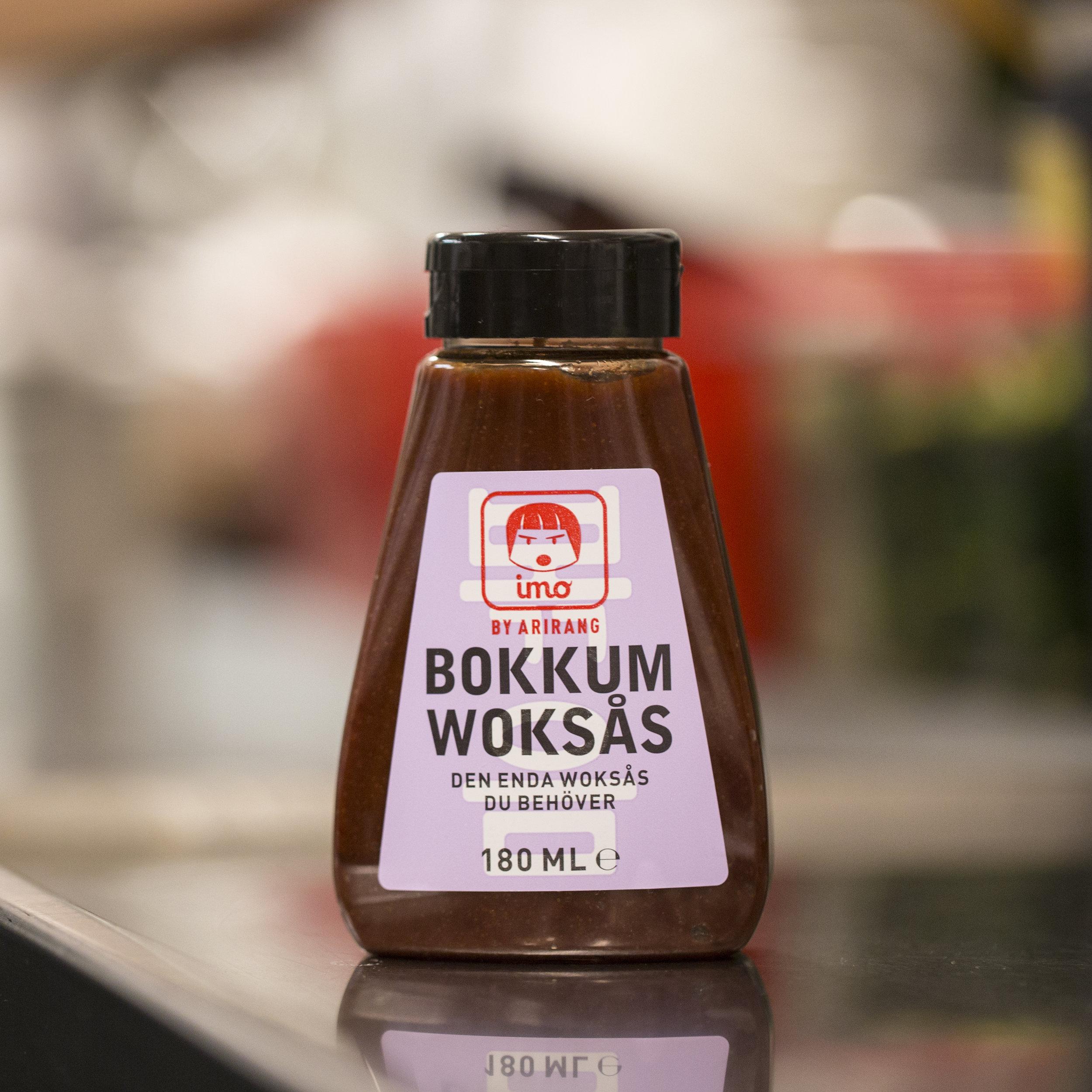 """Bokkum Woksås komponerades för många år sedan av mamma Boo Mee Ja på Arirang. """"Bokkum"""" är termen för all wokad mat i Korea. Och Bokkum Woksås är """"Världens bästa woksås"""", menar man på Arirang."""
