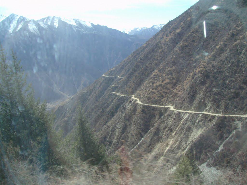 Down Preta Pass towards river