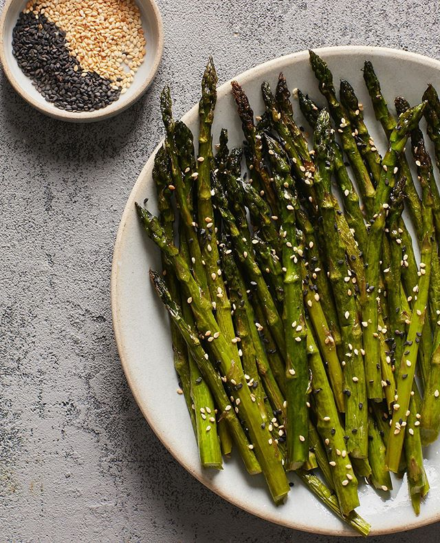 Asparagus with Sesame Seeds for The Chinese Medicine Cookbook #asparagus #sesame #blacksesame #whitesesame #chinese  #chinesefood #thechinesemedicinecookbook #cookbook #callistomedia #foodstylist #foodphotography #foodstyling 📷 @eviabeler