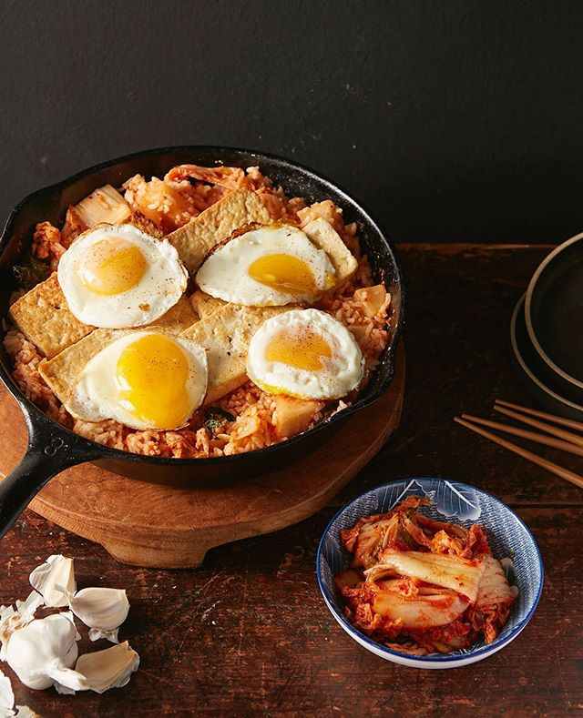 Kimchi Fried Rice with Tofu for The Chinese Medicine Cookbook #kimchi #friedrice #eggs #tofu #thechinesemedicinecookbook #cookbook #callistomedia #foodstylist #foodphotography #foodstyling 📷 @eviabeler