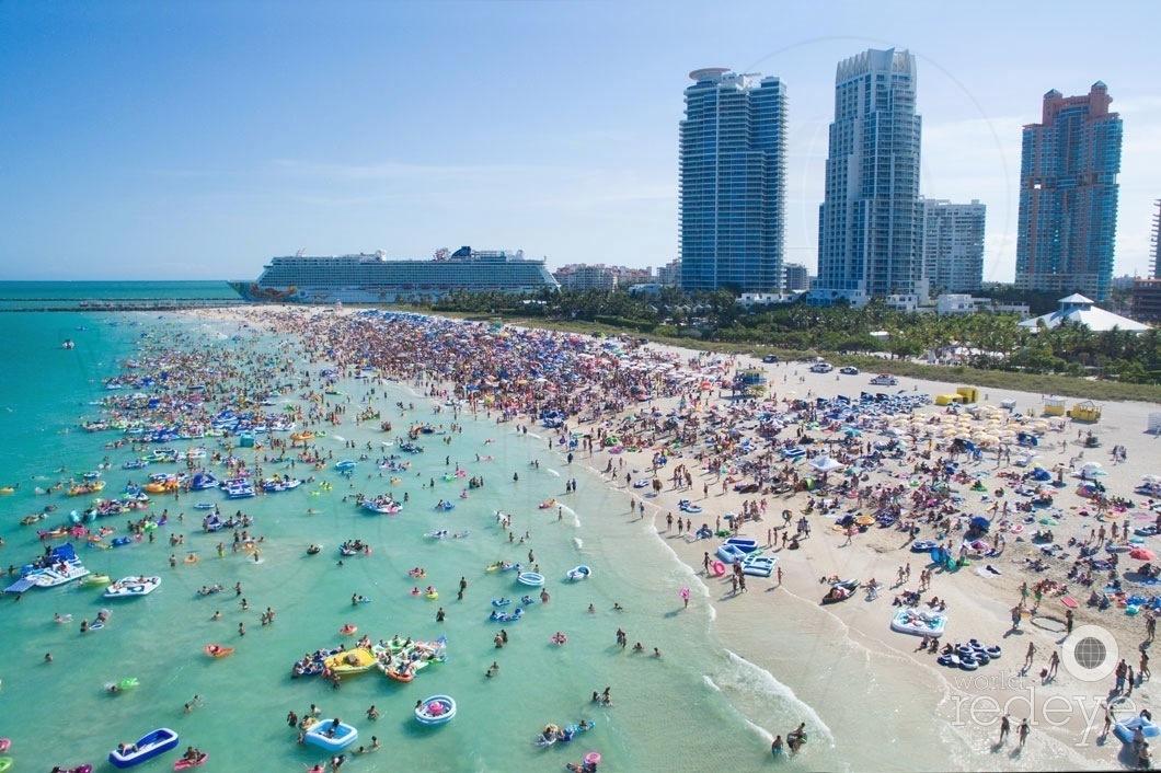 Floatopia, Miami Beach. Image by WorldRedEye.com