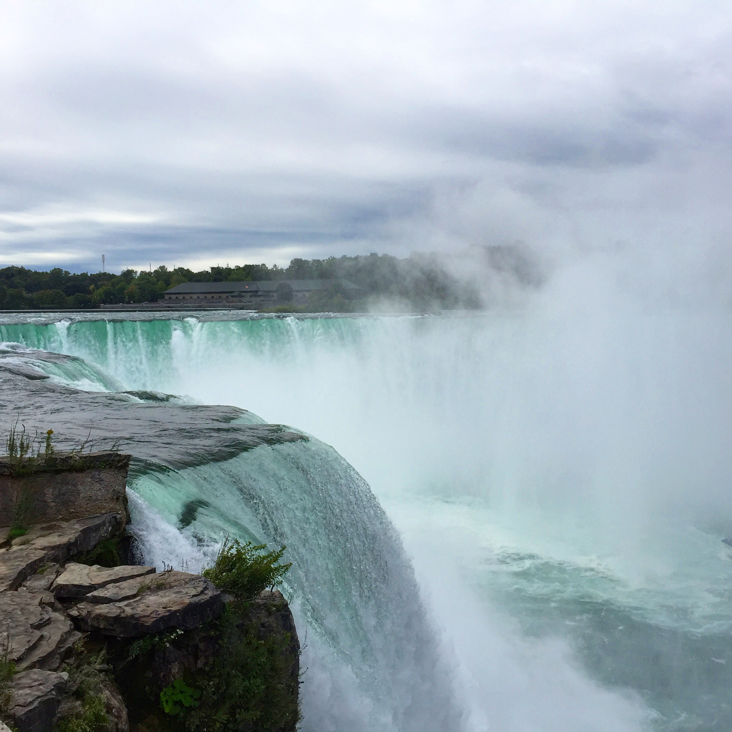 A side view of Horseshoe Falls.