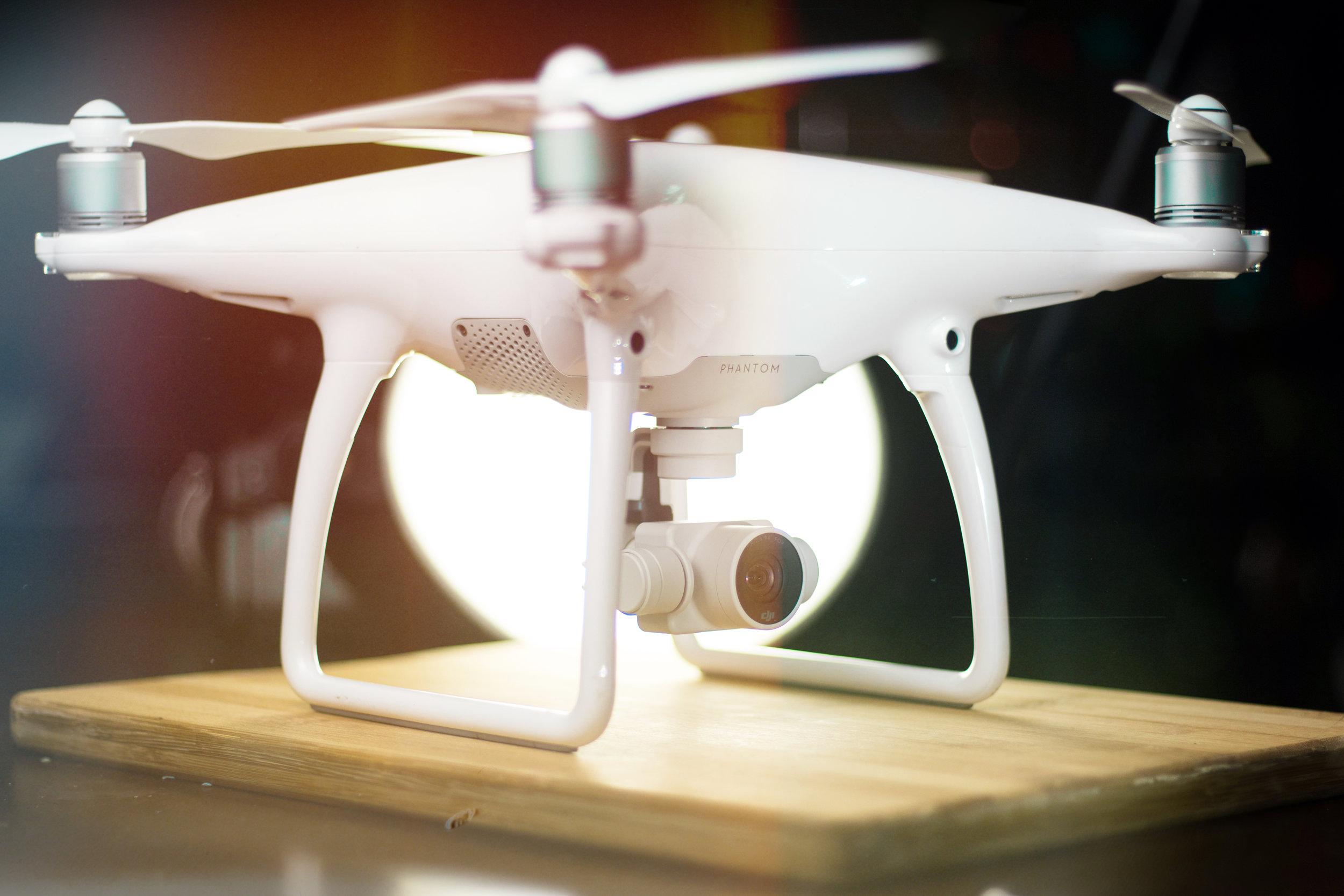 On s'envole! - Avec notre permis de drônes, nous pouvons transporter vos vidéos à la hauteur de vos désirs.