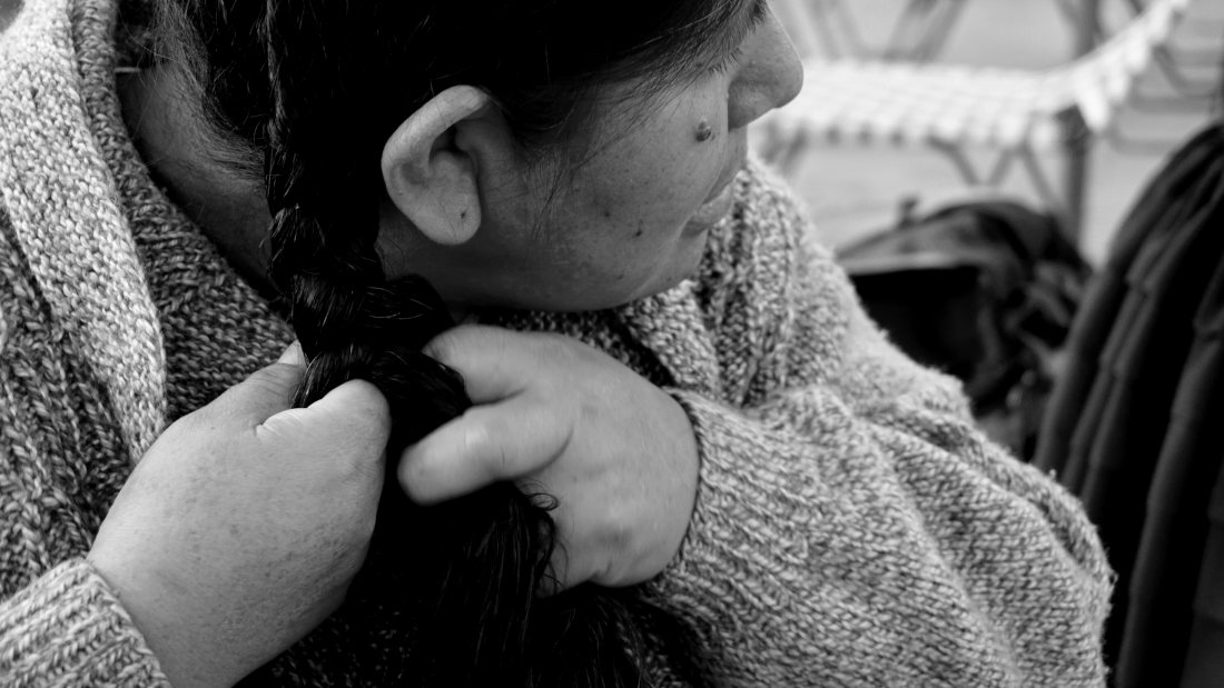La preciosa Emiliana Quispe trenzándose ( Capturas en Oruro)