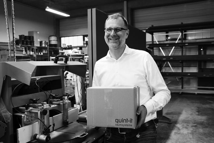 Vertriebsprofi Oliver Betz in seinem Element – mit einem Versandkarton verkaufter quint-it-Profile. Foto: Jörg Schmitz