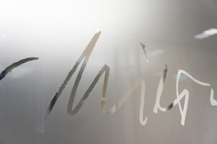 Detail: Künstlerische Glasgestaltung einer Glastrennwand. (c) Jörg Schmitz für VR Bank Bad Orb-Gelnhausen
