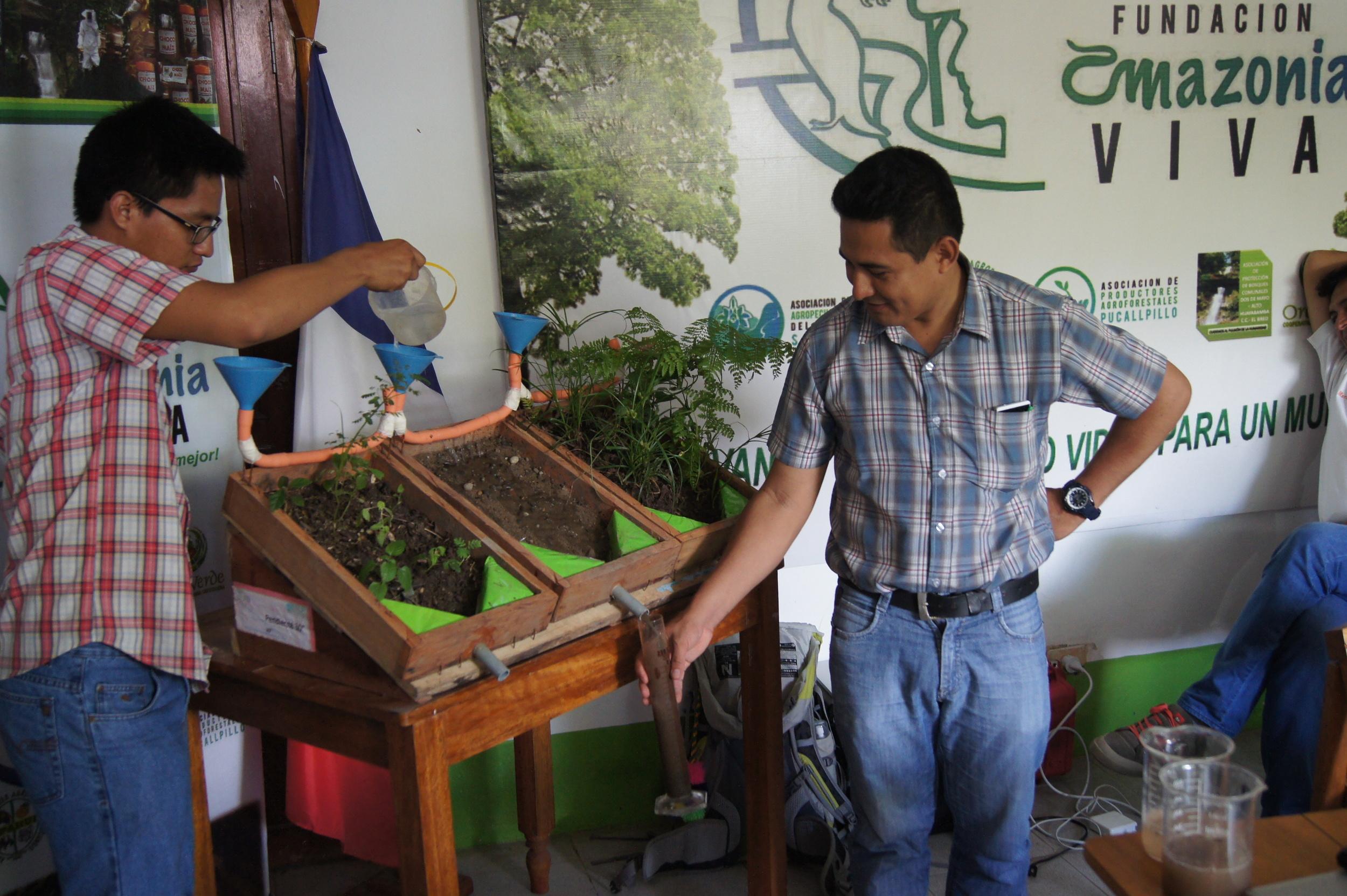 Erosion des sols sur une parcelle agroforestière, un sol nu et une forêt secondaire. La présence de végétation limite le ruissellement ainsi que la quantité de sédiments emportés. Démonstration réalisée chez la Fondation Amazonia Viva - Crédit: Tostados