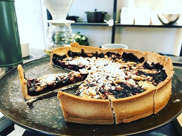 Another Saturday morning at @kollektedby with @lene_klovning 🍰☕️☕️☕️ —— #pastriesandmore #v60 #design #oslo #coffeeplace #architecture #cuisine #tarteauxmyrtilles #newroaster #coffeetime #grünerløkka #saturdayvibes