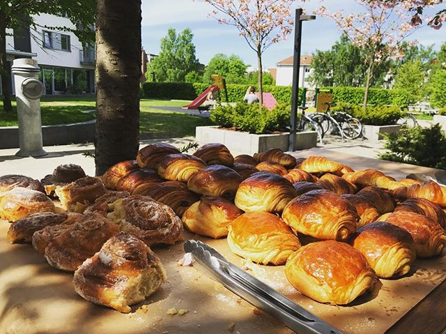 Enjoying the restaurant day in Oslo at @fridakulmus place ☀️☕️🥐 the best eggs Florentine & croissants we've ever tasted! —— #oslo #homemade #croissant #chocolatine #eggsflorentine #brunch
