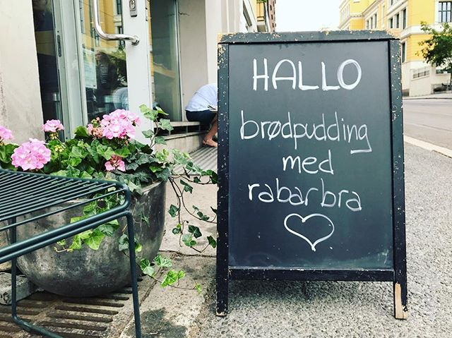 Starting the day with our favorite bread pudding from our favorite coffee shop @moccaoslo ☕️🥐🥖🍰 —— #oslo #coffeeshop #breadpuddinglover #homemade #pastries #specialtycoffee #coffeetime #rhubarbtime #breadpuddingtime #notjustaboutcoffee